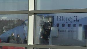 Blue 1:n matkustajat odottavat Vaasan lentoasemalla aamukonetta Helsinkiin.