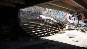 Betoniportaiden seinustoilla on graffiteja.