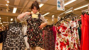 Miriam Sabat mallailee kirsikkakuvioista mekkoa