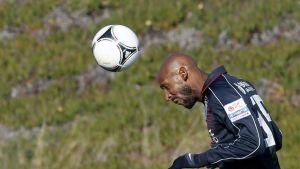 Nicolas Anelka puskee palloa.