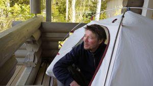 Ohjaaja Juha Hurme yöpyy teltassa, koska siellä saa paremmat unet.