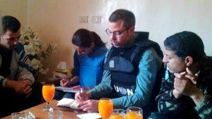 Syyrian opposition välittämässä kuvassa YK:n tarkkailijat haastattelevat tostaina Houlan verilöylyn silminnäkijää.