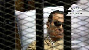 Mubarakia viedään oikeuteen paareilla. Ruutukaappaus Egyptin televisiosta.