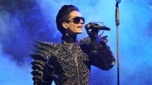 Saksalaisen Tokio Hotel bändin laulaja Bill Kaulitz esiintyy Oberhausissa 26.10.2010.