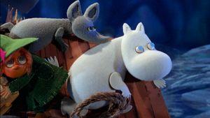 Muumi ja punainen pyrstötähti -animaatioelokuvan kohtaus. Muumipeikko ja Nipsu laivan kannella myrskyssä.