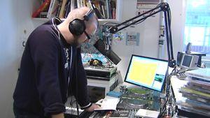 Njassa juontaa Radio Helsingin studiossa