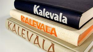 Kalevala-kirjoja pinossa