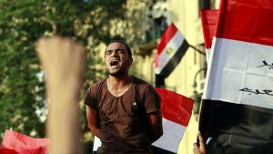 Kairon Tahrir-aukiolle kokoontuneet mielenosoittajat huutavat Mubarakin-vastaisia iskulauseita.