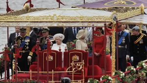 Kuningatar Elizabeth II, prinssi Philip, prinssi Charles sekä muita kuningasperheen jäseniä kuninkaallisella aluksella Thamesjoella 2015.