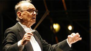 Kapellimestari johtaa orkesteria
