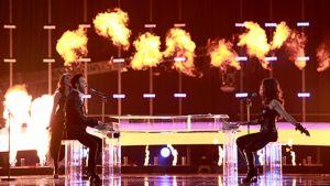 Romanian edustaja Paula Seling & Ovi lavalla. Tulitehosteita lavalla.