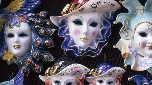 Keraamisia koristeellisia naamioita.