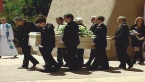 Ihmiset kantavat arkkua