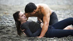 Näyttelijät Kristen Stewart ja Taylor Lautner elokuvassa Twilight - Uusikuu.