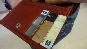 Pankki- ja luottokortit lompakossa.