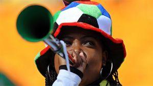 jalkpallofani puhaltaa vuvuzela-torveen