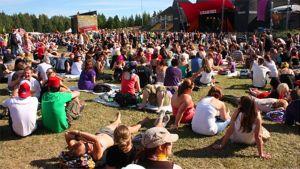 Ilosaarirockin yleisö lataili akkujaan Egotripin tahtiin sunnuntaina 2009.