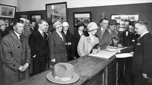 Kanadaan lähteviä suomalaisia ostamassa laivalippuja Suomen  Höyrylaiva Oy:n toimistossa 1920-luvulla.