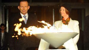Australian oppositiojohtaja Tony Abbot ja pääministeri Julia Gillard sytyttivät kuningatar Elisabet II:n 60-vuotisen valtakauden kunniaksi juhlatulen.