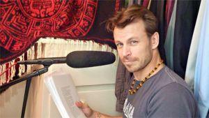 Näyttelijä Peter Franzén lukee teostaan Tumman veden päällä omassa vaatehuoneessaan Los Angelesissa kesäkuussa 2010