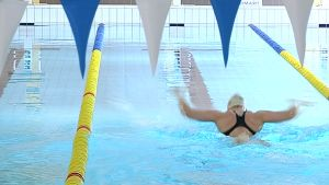 Uimari uimahallissa.
