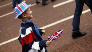 Nuori poika juhli kuningatar Elisabeth II:n timanttijuhlavuotta maanantaina 4. kesäkuuta Lontoossa. Juhlat huipentuvat tiistaina kulkueeseen.