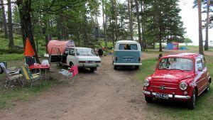 Autoja ja telttoja leirintäalueella