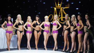 Miss Suomi 2012 -finalistit poseeraavat uimapuvuissa.