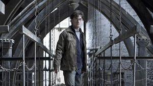 Harry Potter seisoo linnan näköisessä paikassa