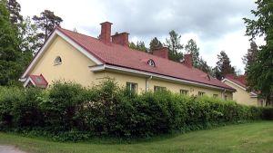 Fortumin omistama vanha voimalaitos- ja asuinalue