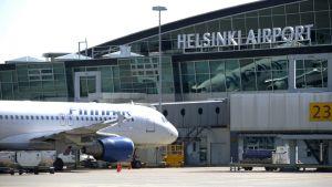 Finnairin matkustajakone terminaalilla Helsinki-Vantaan lentokentällä.