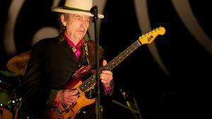 Bob Dylan soittaa kitaraa.