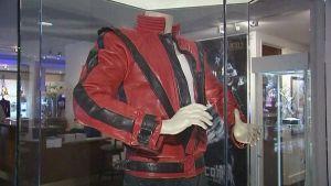 Michael Jacksonin Thriller-musiikkivideossa käyttämä takki esillä huutokauppakamarilla.
