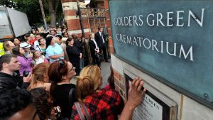 Media ja fanit kokoontuivat Goldens Green -krematorion ulkopuolelle Amy Winehousen hautajaisisssa.