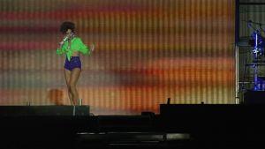 Rihanna esiintymässä Hietaniemen rannalla.