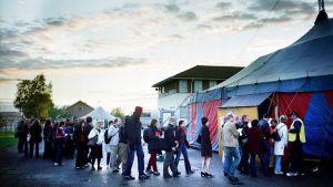 Ihmiset jonottavat Sodankylän elokuvajuhlien näytöstelttaan.