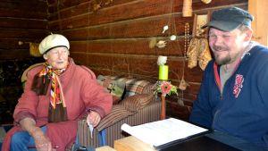 Hilkka Pynnönen ja Janne Viholainen istuvat mökissä