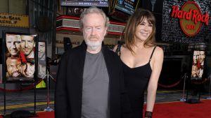Ridley Scott seuralaisineen saapumasas The A-Team -elokuvan ensi-iltaan Hollywoodissa 2010.