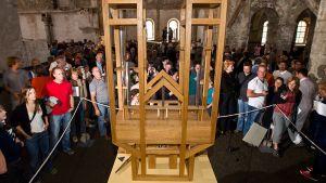 Vierailijoita kuuntelemassa John Cagen urkuteosta St Burchardi -kirkossa.