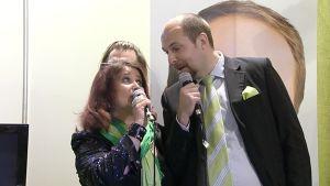 Meiju Suvas ja Tuomo Puumala laulamassa karaokea.
