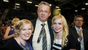 Keskustan uudet varapuheenjohtajat Annika Saarikko (vas.), Juha Rehula ja Riikka Manner.
