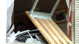 Lähikuva katsomon tuolilla rikotusta ikkunasta