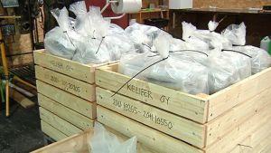Litiumia sisältävät mineraalit pakattuina puukontteihin.