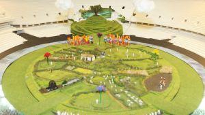 Pienoismalli, joka esittää Lontoon olympialaisten avajaisiin rakennettavaa brittiläistä maaseutua. Maaseutumukaelma rakennetaan kaupungin olympiastadionille.