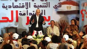 Egyptin presidentinvaalien ehdokas Ahmed Shafik tervehtii kannattajiaan.