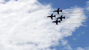 Kuvassa lentokoneita lentämässä ryhmässä