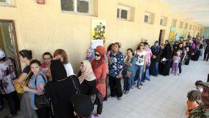 Naisia jonottamassa äänestyspaikalle