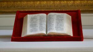 Raamattu alttarilla.