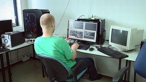 Työntekijä tietokoneen ääressä.