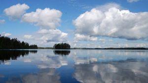 Poutapilviä järven yllä.